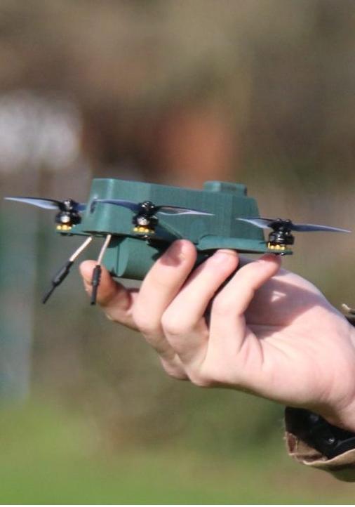 REPONDRE AU BESOIN DES GROUPES D'INTERVENTION Conçus pour répondre aux besoins de groupes d'intervention et de surveillance la gamme de nano drone UAV-TEK offre des performances conformes aux attentes de la mission. Avantage de poids, actuellement, dans la plupart des pays du monde pour utiliser un drone de ce poids (moins de 250g), aucune qualification officielle de télépilote n'est requise. Avec un excellent rapport qualité prix par rapport aux drones de même catégorie voire plus grands, ils se montrent particulièrement bien adapté à une utilisation en zone urbaine en permettant d'étendre la zone d'observation des opérateurs en toute sécurité. Les différentes options de liaisons de données disponibles leur permettent par ailleurs de bien résister aux perturbation radiofréquences présentes en milieu urbain. Intégré dans un réseau Wave Relay, il est possible d'envisager un continuum de communication « indoor-outdoor » pour des interventions dans des environnement confinés comme des tunnels, parkings, navires, entrepôts, etc...